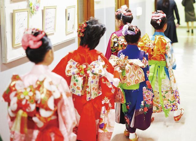 画像: 七五三をお祝いされる女の子たち。「着物は背中でも語れるのがいいですね。帯には人の気持ちもこめられている」 PHOTOGRAPH BY JOJI WAKITA ほかの写真をみる