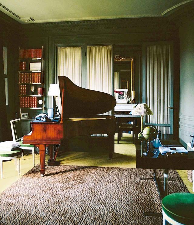 画像: 曲作りをする1920年代のスタンウェイ。テーブルはウィリー・リッゾ、ラグはインテリア・デザイナーのマドレーヌ・カスタンのもの ほかの写真をみる