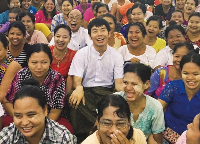 画像: 金融サービスを受けられない低所得層も融資を受けて事業投資を行い、自立できるように。マイクロファイナンスの各国の子会社の経営改善のため、アジア各地に出向く PHOTOGRAPH BY TAEJUN SHIN ほかの写真をみる
