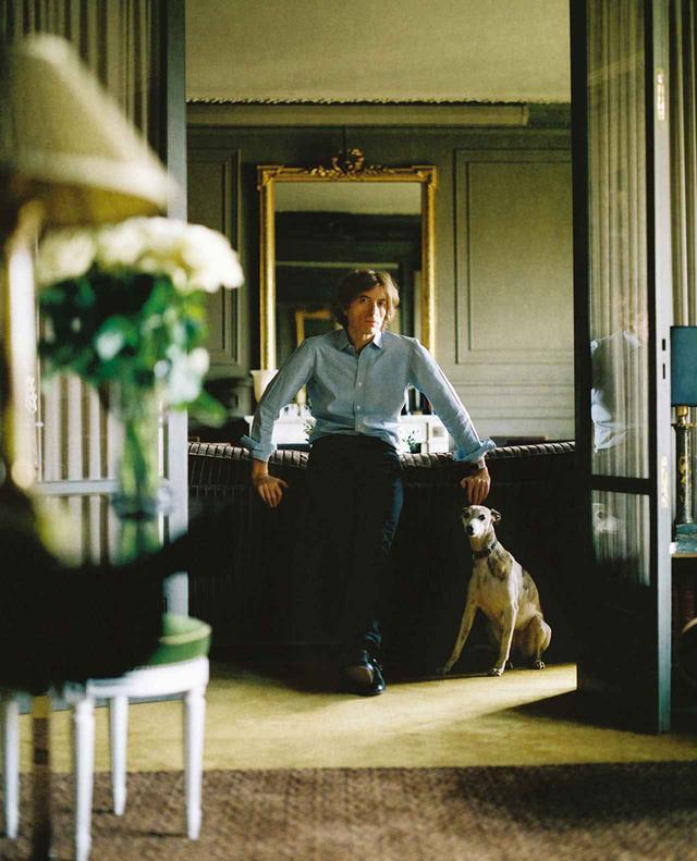 画像: 自宅のリビングにいるニコラス・ゴダン。パリの7区にある彼のアパルトマンは、クラシックなインテリアでまとめられている ほかの写真をみる