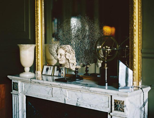 画像: 18世紀の彫刻と1940年代のアラバスターのランプ。大理石のマントルピースはパリの骨董店「Yveline Antiques」で購入 ほかの写真をみる