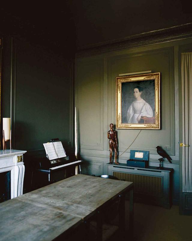 画像: ダイニング。この肖像画(1837年)から、アパルトマンの色使いが決まった。近隣に配慮して音を出さないようにするとき、ゴダンはこのウーリッツァー(電気ピアノ)を使う ほかの写真をみる
