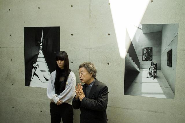 画像: 篠山紀信と新作シリーズの被写体のひとりであるAI PHOTOGRAPH BY MASANOBU MATSUMOTO