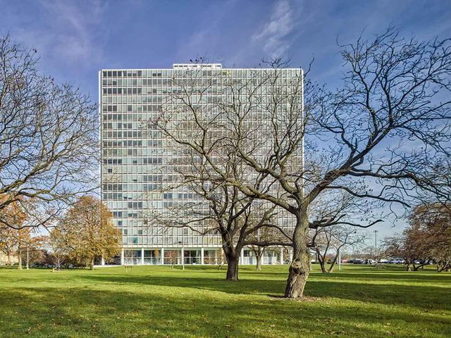 画像: ほかの写真をみる デトロイトにある、ルートヴィヒ・ミース・ファン・デル・ローエ設計のラファイエット・パークの高層アパート群のひとつ