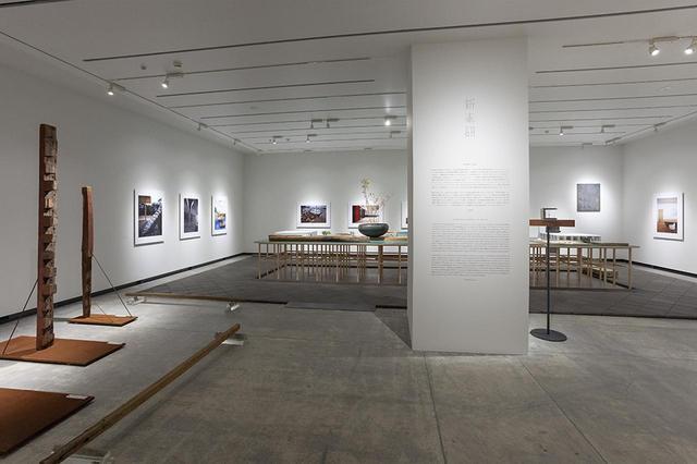 画像: 建築倉庫ミュージアムで開催中の「新素材研究所・-新素材×旧素材-」会場風景。左に設置されたのは奈良時代に建てられたと推測される当麻寺東塔の創建材を含む古材
