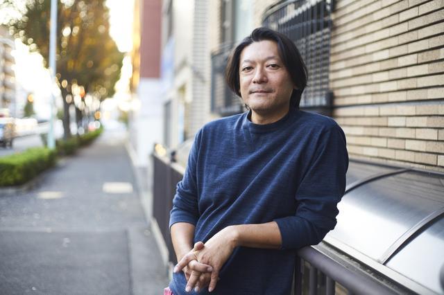 画像: オーナーを務める書店のある浜松と東京を行き来しながら活動する若木。東京オフィスをシェアする建築事務所「サポーズデザイン」にて ほかの写真をみる