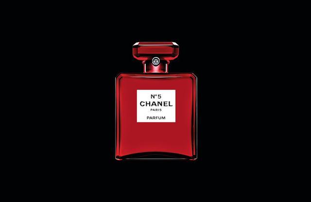 画像: 「シャネル N°5 オードゥ パルファム」<100ml>¥20,000 史上初、赤のガラスボトルをまとう「シャネル N°5」。「シャネル N°5 ロー オードゥ トワレット」<100ml> ¥20,000 も赤いボトルで登場する