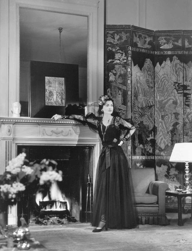 画像: 1937年、ガブリエル・シャネル自身がN°5のイメージキャラクターとして「ハーパースバザー」誌に登場。ホテルリッツの彼女の部屋で、フランソワ・コラーにより撮影された Photo François Kollar © Ministère de la Culture - Médiathèque du Patrimoine, Dist. RMN
