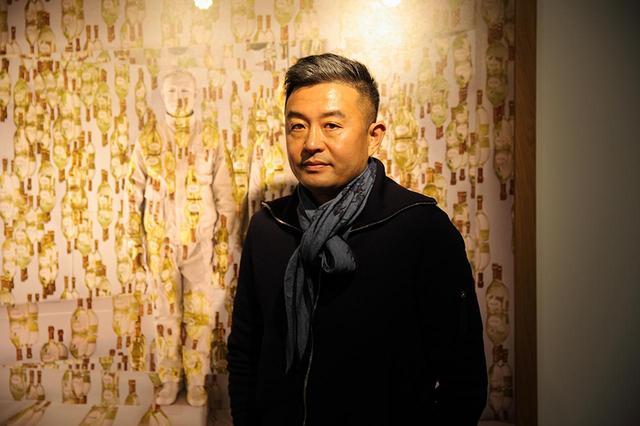 """画像: リウ・ボーリン 1973年生まれ。中国・山東省出身。北京中央美術学院で彫刻を学び、現代アーティストとして活動。""""見えない男""""と称されるパフォーマンス作品は、ファッションブランド、モンクレールの広告ビジュアルにも起用された ほかの写真をみる"""