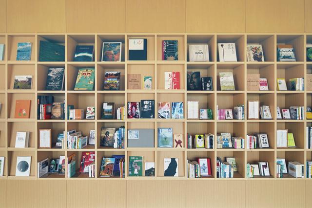 画像: ライブラリーも併設し、「オトナもコドモ コドモもオトナ」をテーマに幅允孝がセレクトした1000冊の本が揃う ほかの写真をみる