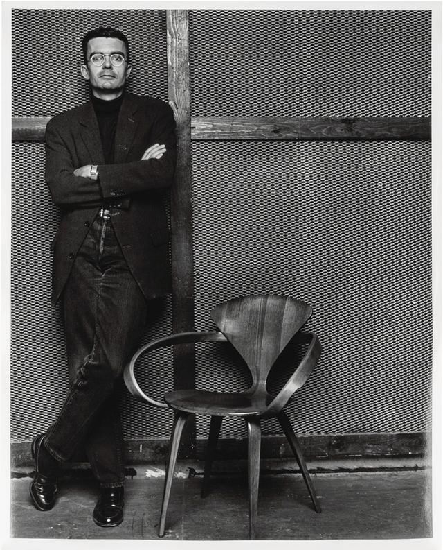 画像: 「2003年、写真家のスティーブン・クラインに撮ってもらった私のポートレート。彼とは何度も一緒に仕事をしていて、最初の撮影は1995年、モデルはステラ・テナントでした。彼とはどのフォトグラファーよりも深いつきあいをしてきました。 ある意味では、アクリスのパブリックイメージの大半は彼がつくったといえますね」 STEVEN KLEIN, COURTESY OF AKRIS