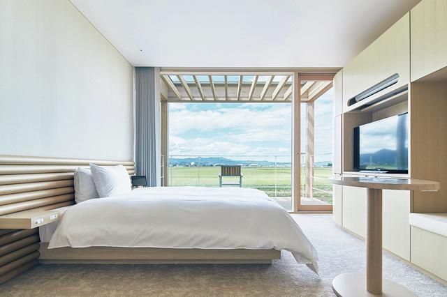 画像: 143室ある客室も木を基調としたデザイン。目の前には豊かな田園風景が広がる ほかの写真をみる