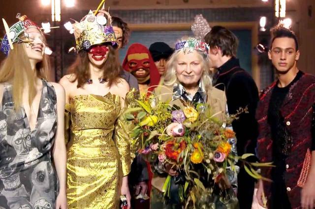 画像: 毎回、ショーのフィナーレでは、モデルとともにデザイナー本人がランウェイに登場。花束を手にしたヴィヴィアンも、モデルたちも笑顔!
