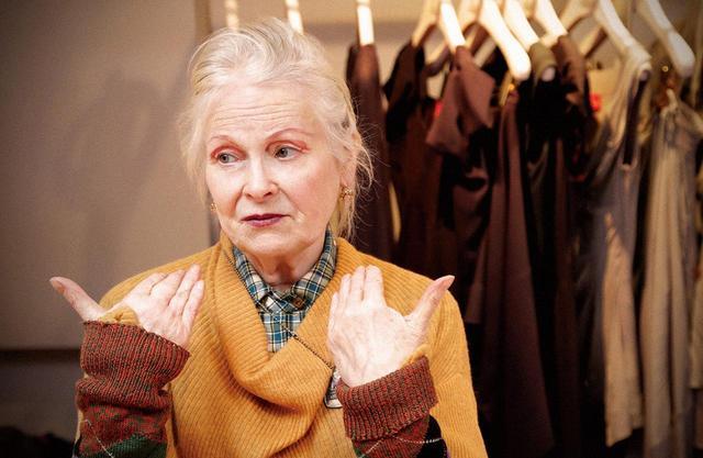 画像: アトリエにて。77歳となった今も、自身のブランドのアイテムを華麗に着こなすヴィヴィアン。赤いアイラインにもロック・マインドが感じられる
