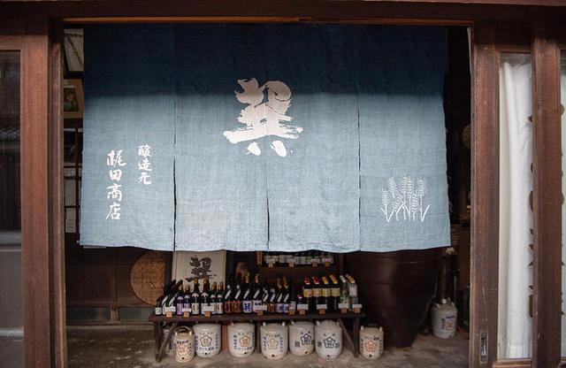 画像: 140年以上続く梶田商店。明治23年頃には、台車で宇和島市の方まで醤油を売りに行っていたという記録が残っている。当時は愛媛県内に230軒もの醤油蔵があった