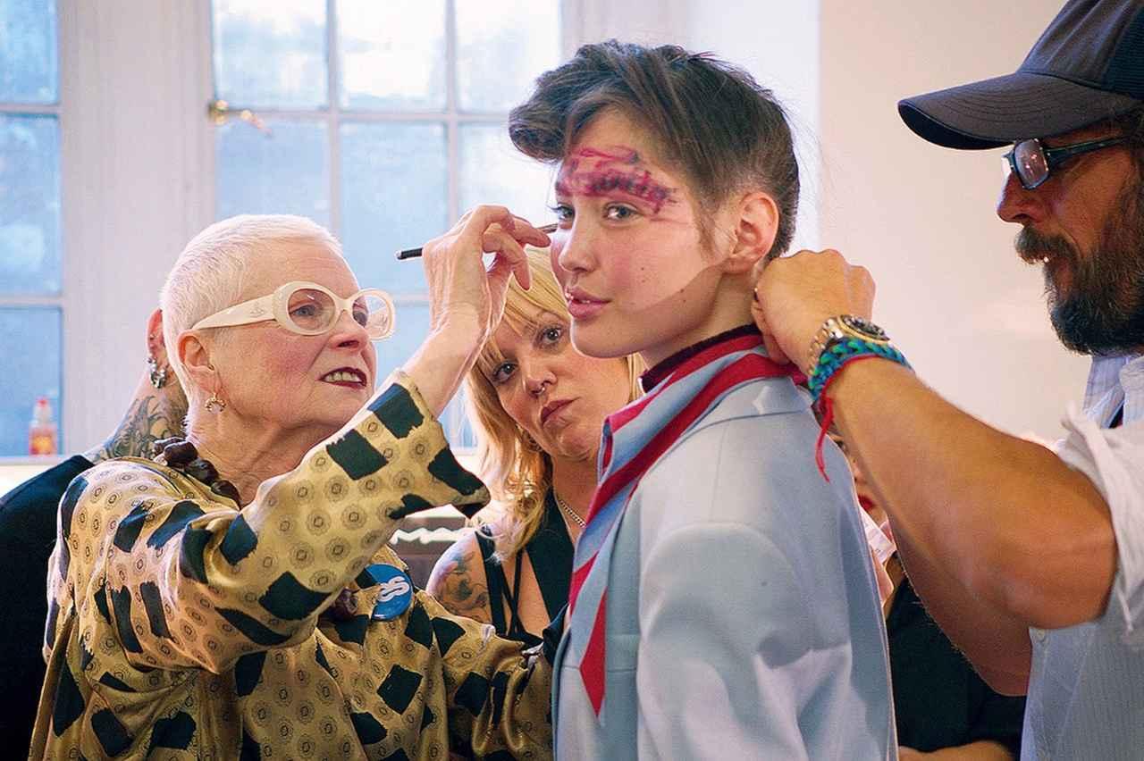 Images : 2番目の画像 - 「ファッションは優雅な鎧。 ヴィヴィアン・ウエストウッドの 闘いを描いたドキュメンタリー映画」のアルバム - T JAPAN:The New York Times Style Magazine 公式サイト