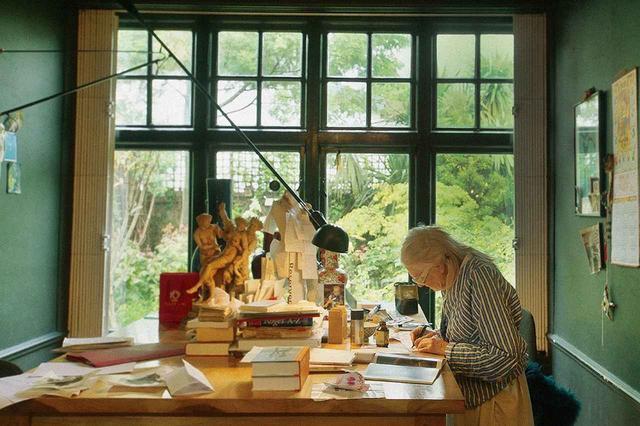 画像: 映画では、ロンドンにある彼女のプライベートスペースの様子も映し出される。机に向かい、書き物をするヴィヴィアンの周囲には穏やかなムードが漂う PHOTOGRAPHS: © DOGWOOF
