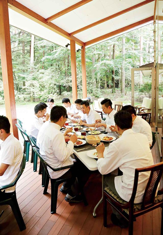 画像: 合宿のルールのひとつは朝昼晩の食卓を全員で囲むこと。まかない作りは本店の若いスタッフたちの仕事だ。「食事を一緒にすることで自然に会話が生まれます。食卓を囲む楽しさをお客さまへ伝える立場として、そのことをスタッフに体感してほしい」(大樹) 他の写真もみる