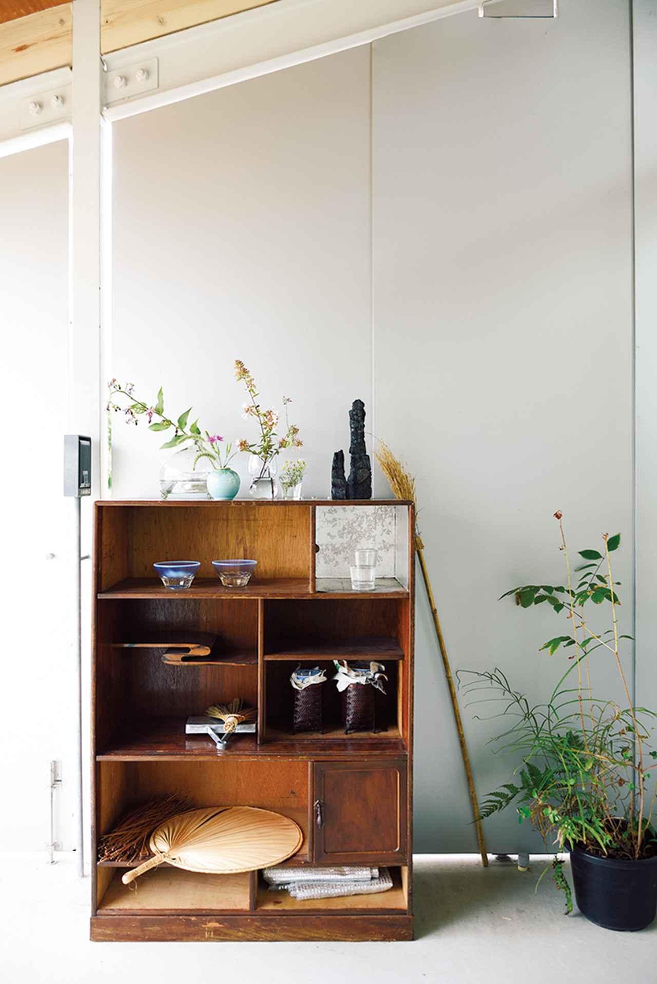 画像: 玄関スペースにある棚は、居住者であるガラス作家の三嶋りつ惠がディスプレイ。ここでの住まい方をアドバイスしてくれる三嶋を、「Beauty先生」と紗弥香は呼ぶ ほかの写真をみる