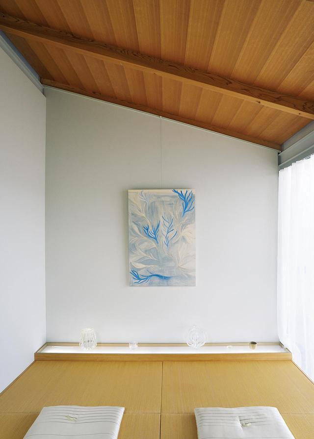 画像: 畳を敷き和室に改造した部屋。ガラスのオブジェは三嶋、壁の絵は三嶋安住の作品 ほかの写真をみる