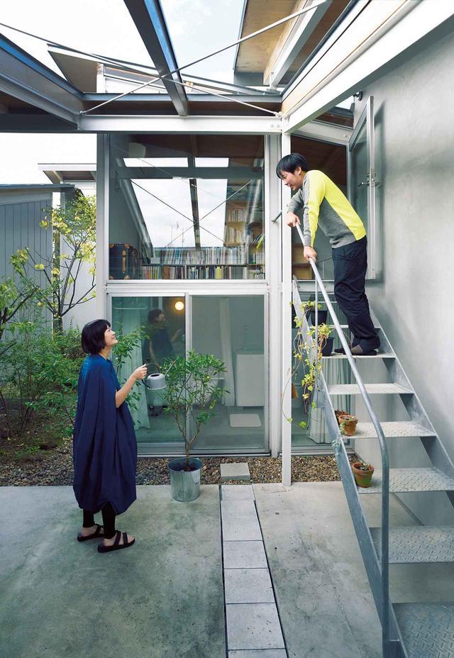 画像: 妹島和世建築設計事務所の元所員で、この建物の設計にも関わった建築家の周防貴之とアート関係の仕事に携わる妻の紗弥香。バスルームと書斎のスペースへはテラスからも入ることができる ほかの写真をみる