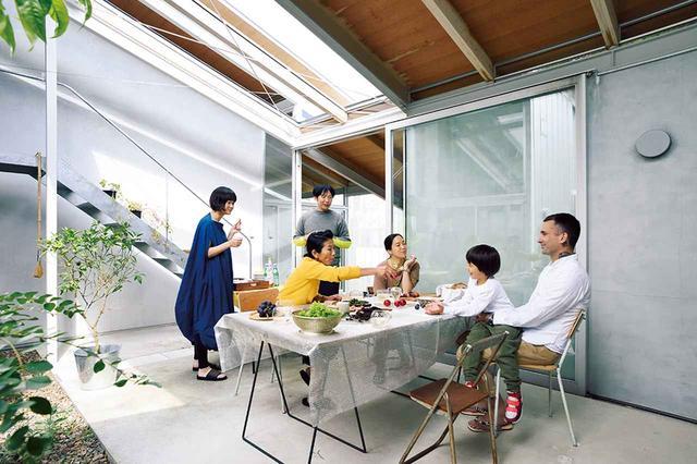 画像: 建築家・周防貴之の家のテラスで週末の昼食をともにする住人たち ほかの写真をみる