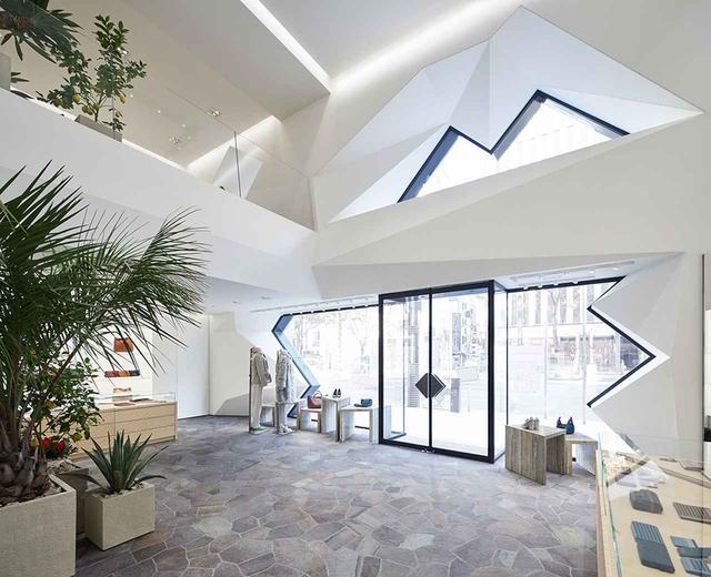 画像: 銀座の目抜き通り、晴海通りに面したエントランス。床に敷き詰められているのは、日本産の鉄平石