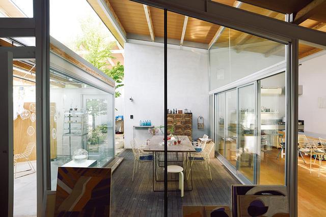 画像: ガラスのバスルームは自身のガラス作品で埋めた ほかの写真をみる