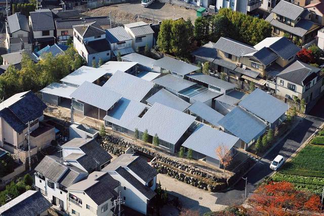 画像: 上空から見た西野山ハウス。異なる角度の21枚の屋根をずらしながら配置しているため、季節や日の高さにより、時々刻々、一軒一軒違った角度で光が差し込む ©KAZUYO SEJIMA & ASSOCIATES ほかの写真をみる