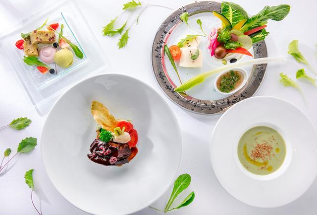 画像: グローバルキュイジーヌを提供する「ザ・ダイニング ルーム」。 フレンチ出身のシェフが創りだすのは、農薬不使用の葉物野菜や産地直送の食材を使ってヘルシーに仕上げた料理。特に人気の「とうきょうサラダ」ランチコースでは、東西線高架下のクリーンルームで育てた安心安全な葉物野菜をふんだんに提供