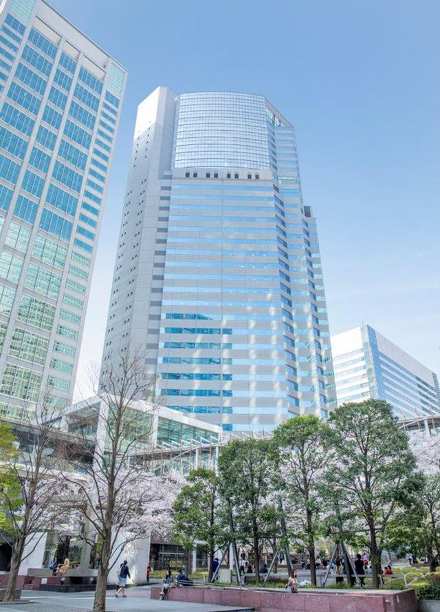 画像: 品川駅に直結する「品川イーストワンタワー」と、港南口から延びるスカイウォーク。ビルの26~32階が「ストリングスホテル東京インターコンチネンタル」