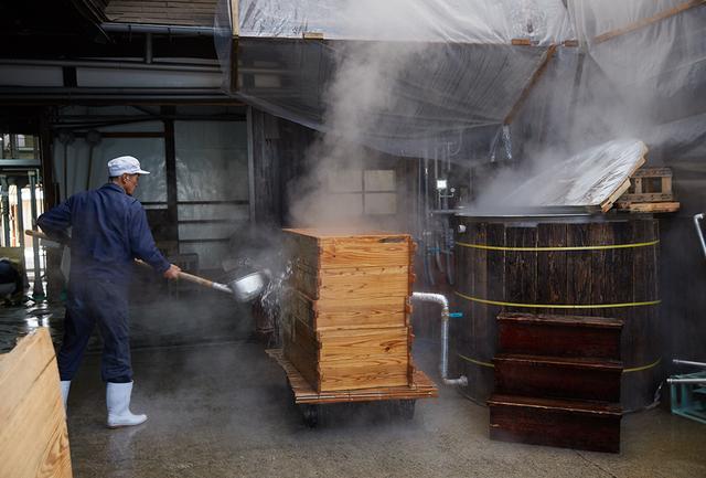 画像: 作業が終われば、そのつど道具をたんねんに洗い、熱湯をかけて消毒。掃除が仕事の8割を占めるという