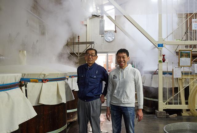 画像: 釜場で甑の様子をチェックする「萱島酒造」当主・萱島進(左)と日本酒応援団の代表取締役、古原忠直