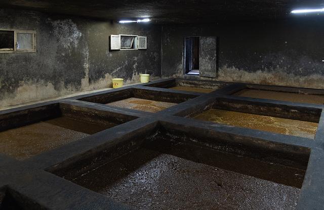 画像: もろみは時間の経過とともに色が濃くなっていく。壁の黒さは良い酵母菌が住み着いている証拠