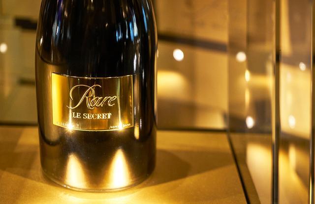画像: 「レア ル・スクレ ゴールドスミス」 <1,500ml>(ギフトボックス入り)¥180,000(限定200本)。 全国有名百貨店、ワインショップなどで販売。 こちらもシャンパーニュは「レア ル・スクレ ハイジュエリー」と同じ。「レア」は、実際にマリー・アントワネットに捧げられたボトルの復刻版。「レア(珍しい)」という名の通り、現在に至るまで1976年、79年、85年、88年、90年、98年、99年、2002年、2007年(ロゼ)の9ヴィンテージしか生産されていない