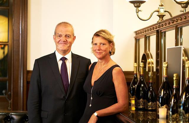 """画像: (左)「レア・シャンパーニュ」醸造責任者レジス・カミュ氏。「メゾン・パイパー・エドシック」の醸造責任者として「ロゼ ソヴァージュ」などの革新的なシャンパーニュを生み出す。来日は15回めで、「とにかく日本料理が大好き!」。今回も""""鮨とシャンパーニュ""""を楽しんだ。 (右)「メレリオ」14代夫人で、クリエイション・デザイナーのロール=イザベル・メレリオさん。来日は2回め。「日本は美しい国。インスピレーションをかき立てられるわ。以前、『ベルサイユのばら』の原作者・池田理代子さんにもお会いしたことがあるのよ」とにっこり"""