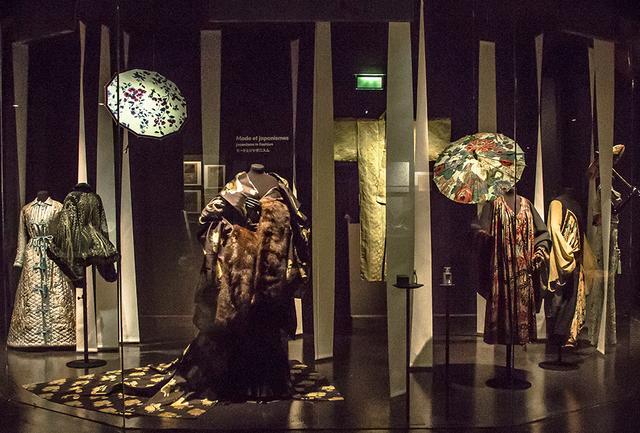 画像: 装飾美術館の企画展示室3フロアに展開する「ジャポニスムの150年」展。 国際交流基金と装飾美術館が主催し、東京国立近代美術館が特別協力。デザイナーのコシノジュンコ氏もアドバイザーとして参画している PHOTOGRAPH BY LASZLO HORVATH