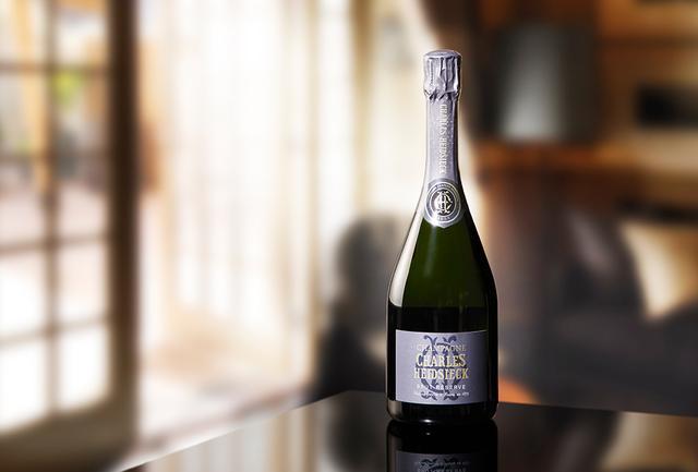 """画像: 「シャルル・エドシック ブリュット レゼルヴ」 <750ml>¥8,000 最新収穫年のベースワイン(ピノ・ノワール、シャルドネ、ムニエ各1/3)60%に、リザーヴワイン(ピノ・ノワール、シャルドネ各50%)40%をブレンド。リザーヴワインは平均10年熟成。ドザージュ11g。""""メゾンの真髄""""ともいえるキュヴェ。白い花や白桃、ブリオッシュの香り。コクがあり、豊かな果実味とフレッシュな酸味。南極大陸冒険家のロバート・ファルコン・スコットは「シャルル・エドシック」を南極探検に携えていたという PHOTOGRAPH BY SHINSUKE SATO"""