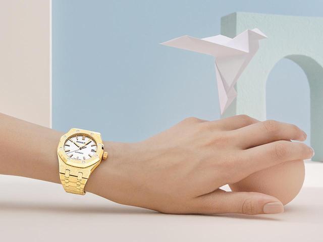 画像: ジュエリーの技法を施し、スポーティなデザインにエレガンスを融合させた「ロイヤル オーク・フロステッドゴールド」の限定モデル。2018年秋発表
