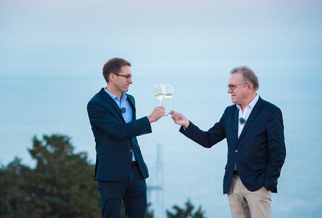 画像: 江之浦測候所の能舞台で乾杯をかわすリシャール・ジェフロワ(右)とヴァンサン・シャプロン(左)。ジェフロワは2018年を最後にその職を退き、醸造最高責任者(シェフ・ド・カーヴ)をシャプロンに引き継ぐ