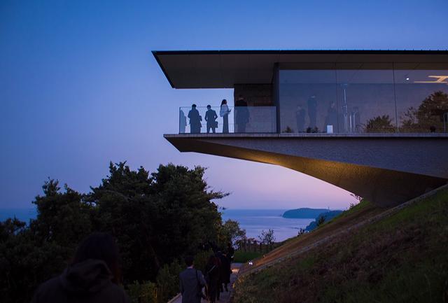 画像: 「天空のうちにある自己を確認する」というアートの起源に立ち戻るべく、杉本博司氏によって構想・設立された「江之浦測候所」が継承式の舞台。有史以来変わらない相模湾の水平線を一望する