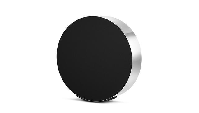 画像: 「Beosound Edge」¥462,900 <直径50.2 cm × D13㎝、13 kg> パワーアンプ:200W×2(ウファー)、100W×4(ミドルレンジおよびトゥイーター) ワイヤレスネットワーク:Wi-Fi、WLAN 802.11b / g / n / ac(2.4GHz & 5GHz)、Bluetooth4.1 ストリーミングフォーマット:Chromecast built-in、Apple AirPlay、Bluetooth音声ストリーミング、DLNA-DMR ほかの写真をみる