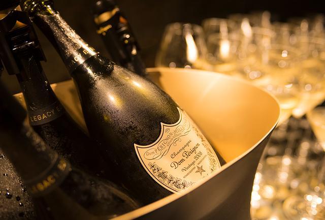 画像: 「ドン ペリニヨン ヴィンテージ レガシー エディション ギフト ボックス 2008」<750ml> ¥24,200 白い花や柑橘、白桃などの香りの中に、アニスやミントなどハーブの香りが隠れている。アロマティックな香りと熟成を感じるエレガントな酸味が魅惑的。余韻も長い。ボックスは新旧醸造最高責任者ふたりのサインが入った特別バージョン