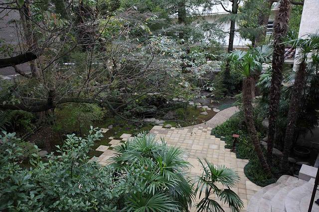 画像: 2階のバルコニーから俯瞰した庭園。以前からある樹木はそのままに、もみじなどの日本の植物を植えている ほかの写真をみる