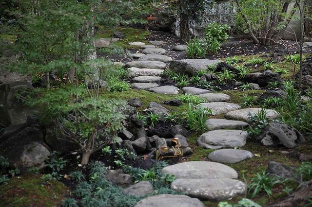 """画像: 庭の制作は、京都・いのはな夢創園の庭師、猪鼻一帆氏が担当。「日本庭園は時代ごとに""""革新""""が起こり、変化しながら今に至るそうです。しかし、近年は日本人の生活スタイルが変わり、若手が力を試す場がない。それならばここでイノベーティブな日本庭園に挑んでもらおう、と猪鼻さんにお願いしました」 ほかの写真をみる"""