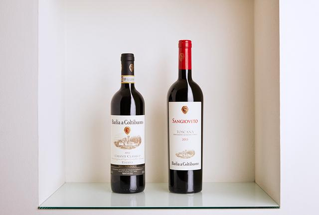 画像: (左) 「バディア・ア・コルティブオーノ キャンティ・クラッシコ リゼリヴァ 2012」 <750ml>¥7,000 サンジョヴェーゼ主体にカナイオーロ、チリエジョーロ、コロリーノをブレンド。最良の畑のブドウで造られる。チェリーの香りが魅力的でタンニンも細やか (右) 「バディア・ア・コルティブオーノ サンジョヴェート 2013」 <750ml>¥8,500 サンジョヴェーゼ100%。「サンジョヴェート」とはサンジョヴェーゼの古い呼び名。サンジョヴェーゼへの敬意を込めて、完熟した実だけで造られる。バニラやクローブの香りと優しい甘み