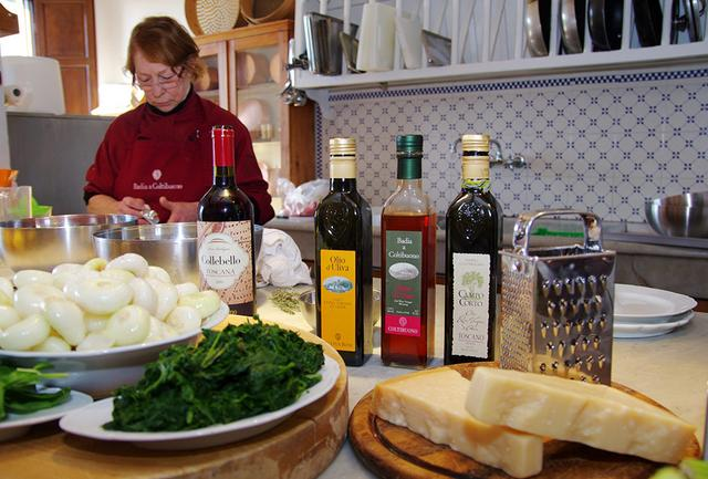 画像: 「バディア・ア・コルティブオーノ」の料理教室は、現在は女性シェフが講師をつとめる。ロレンツァさんのレシピやトスカーナの伝統的な料理が人気だ COURTESY OF BADIA A COLTIBUONO