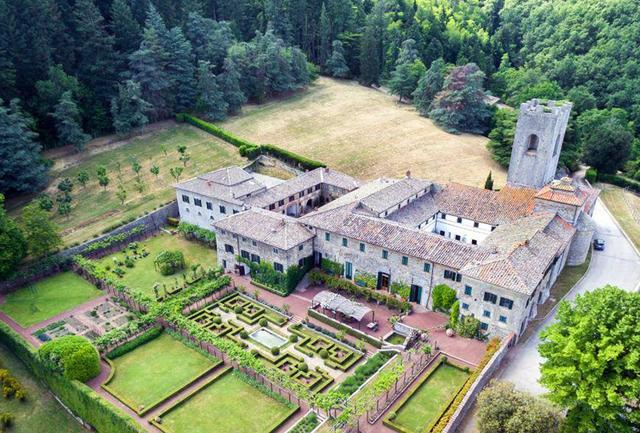 画像: 11世紀にベネディクト派の修道僧たちがこの地に修道院を設立、ワインづくりを始めた。歴史を経て1846年にエマヌエラさんの高祖父らがこの土地を購入し、高品質なワインで国内外に名声を築く。往時の建物はこのワイナリーのシンボルとして大切に保存され、アグリツーリスモやワイナリーツアーなど多くのゲストを迎えている COURTESY OF BADIA A COLTIBUONO