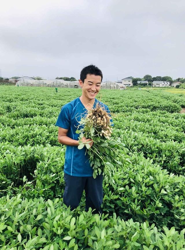 画像: 代表の加瀬宏行。2015年からスタートした、オーガニックの自社栽培の畑にて PHOTOGRAPH BY YUMIKO TAKAYAMA