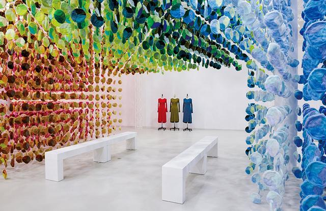 画像: 『The Art and Science of LifeWear : Creating a NewStandard in Knitwear』展示より。 ニットの色バリエーションを美しいインスタレーションで表現した DESIGN BY EMMANUELLE MOUREAUX / COURTESY OF UNIQLO ほかの写真をみる
